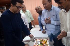 राज ठाकरे के जन्मदिन पर काटा गया ईवीएम वाला केक