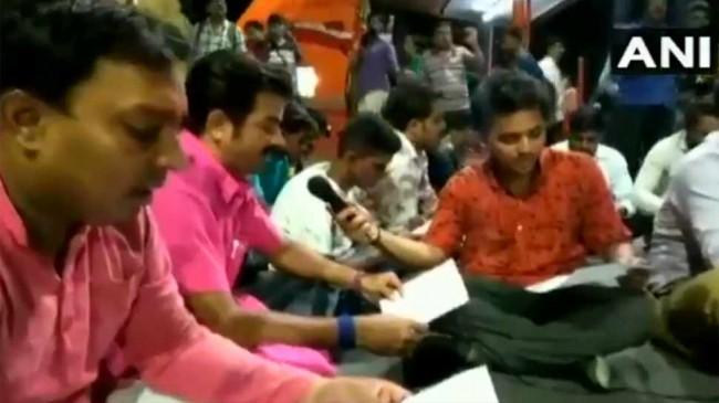 बंगाल: सड़क पर नमाज पढ़ने का विरोध, सड़क पर किया हनुमान चालीसा का पाठ