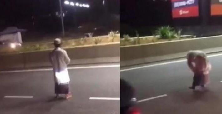Fake News: बीच सड़क पर नमाज अदा करता शख्स भारत से है ?