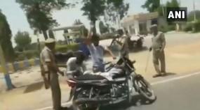 राहगीरों को रोककर UP पुलिस ने ली गन पॉइंट पर तलाशी, वीडियो वायरल