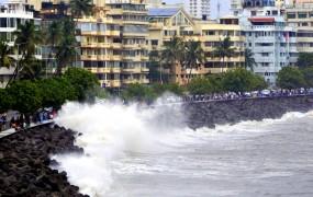 'वायु' से पहली मौत, मुंबई में 63 साल के आदमी पर गिरा एल्युमिनियम पैनल