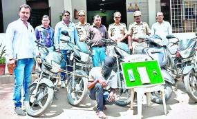 चलती बाइक से उड़ा लिया था पर्स, पकड़ाया तो उगला वाहन चोरी का भी राज