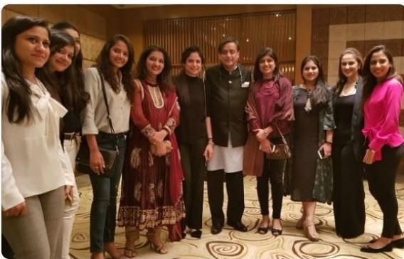 Fake News : पाकिस्तानी खिलाड़ियों की पत्नियों के साथ दिखे शशि थरूर ?