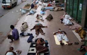 अजब पाकिस्तान: गर्मी में सड़क पर लोगों को शावर दे रहा ये शख्स
