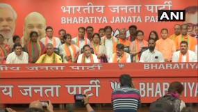 ममता बनर्जी को लगा एक और झटका, नौपारा विधायक और 12 पार्षद बीजेपी में शामिल