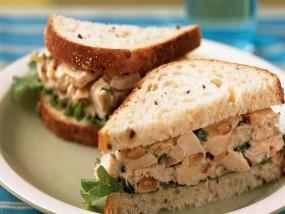 वीडियो रेसिपी: ब्रेकफास्ट के लिए घर पर बनाएं क्विक चिकन सैंडविच रेसिपी