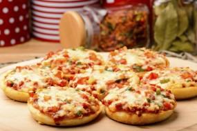 वीडियो रेसिपी: स्नैक्स के लिए बनाएं मिनी ब्रेड चीज पिज्जा रेसिपी
