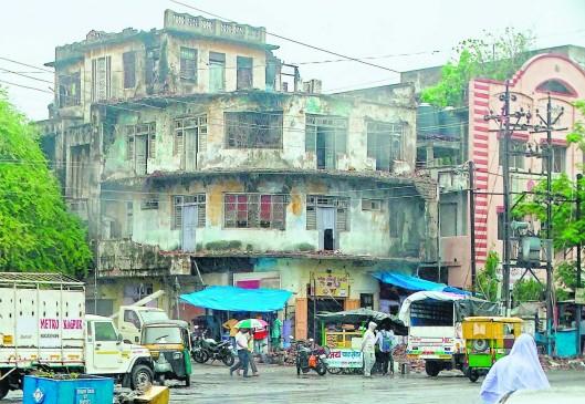 जर्जर इमारतों को लेकर उदासीनता, बारिश के बाद भी नहीं दी गई लिस्ट