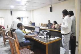 महिला अधिकारी 30 हजार और पटवारी साढ़े तीन हजार रुपए रिश्वत लेते पकड़ाया
