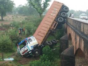 ट्रक से टकराई बस, एक दर्जन यात्री घायल