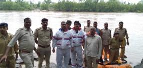 ओरछा: बेतवा के टापू पर फंसे 8 लोगों को रेस्क्यू कर बचाया, नदी के जलस्तर में तेजी से वृद्धि
