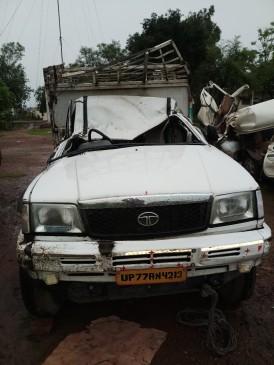पिकअप वाहन पलटा चालक की मौंत, एक गंभीर रूप से घायल
