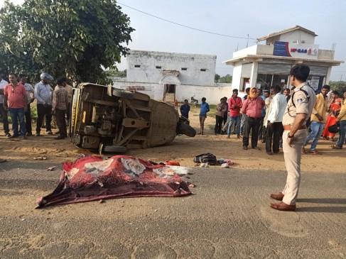 यात्रियों से भरा ऑटो पलटा, सड़क पर गिरी 2 महिलाओं को ट्रक ने कुचला...मौत