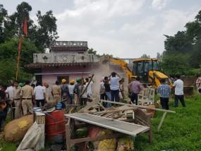 भाजपा नेताओं के अवैध कब्जों पर चला बुल्डोजर, बड़ी संख्या में मौजूद रहा पुलिस बल