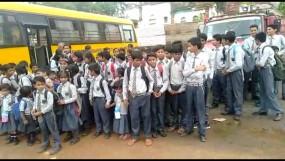 32 सीटर बस में 84 बच्चे, पुलिस वाहन से भेजे गए स्कूल