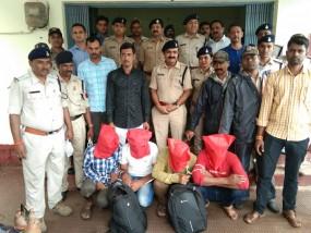 डकैतों ने पुलिस टीम पर दागी गोली,एसआई और आरक्षक घायल, चार आरोपी गिरफ्तार