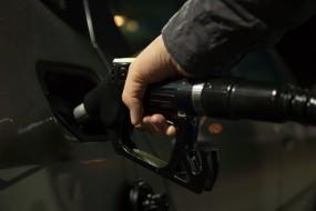 छह दिन बाद पेट्रोल के दाम में गिरावट थमी, डीजल के भाव भी स्थिर