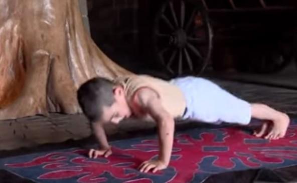 रूस: 6 साल के बच्चे ने लगाए 3 हजार पुश अप्स , बदले में मिला आलीशान घर