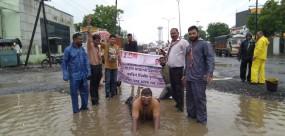 नागपुर : सड़क पर स्विमिंग पूल सा नजारा, कांग्रेस कार्यकर्ता ने पानी में लगा दिया गोता