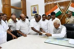 कर्नाटक में गिरी गठबंधन सरकार, कुमारस्वामी ने राज्यपाल को सौंपा इस्तीफा