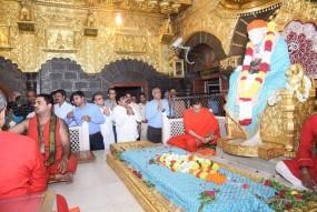 कर्नाटक कांग्रेस- जेडीएस के बागी विधायक साईं दरबार पहुंचे