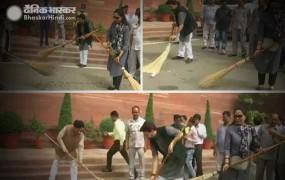 संसद परिसर में चला स्वच्छता अभियान, स्पीकर समेत बीजेपी सांसदों ने लगाई झाड़ू