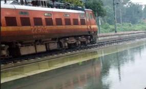 मुंबई में बारिश का असर: रेल यातायात प्रभावित