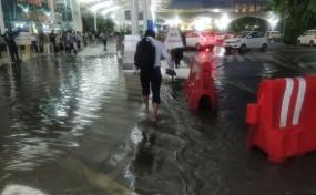 मुंबई में भारी बारिश, 17 फ्लाइट डायवर्ट, ट्रैफिक बुरी तरह से प्रभावित
