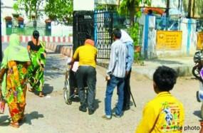 जिला अस्पताल में दर्द से तड़पती रही प्रसूता, 8000 रू. लेने के बाद भी नहीं की मदद!