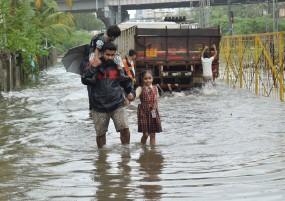 फिर पानी-पानी मुंबई: कुछ समय के लिए रुकी विमानों की आवाजाही -लोकल ट्रेन सेवा भी लड़खड़ाई