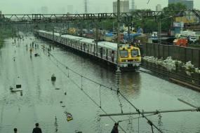 विपक्ष के निशाने पर सरकार : 40 साल में दूसरी बार हुई आफत की बरसात, अमिताभ बच्चन के घर घुसा पानी