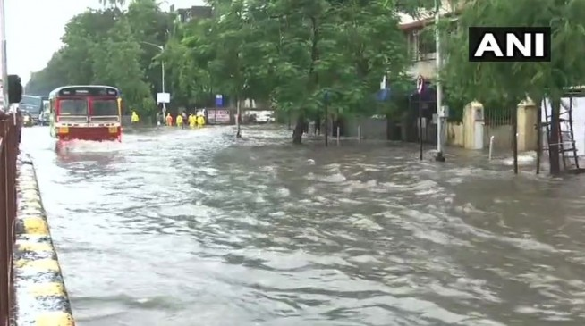मुंबई में भारी बारिश, जलभराव के कारण ट्रैफिक जाम