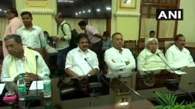 कर्नाटक: बैठक में शामिल नहीं हुए कांग्रेस के 10 MLA, इस्तीफे पर फैसला बाकी