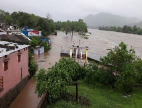 MP : 6 फीट पानी में 7 घंटे तक फंसी रहीं 177 छात्राएं, रेस्क्यू कर निकाला