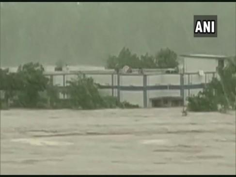 MP: खंडवा में हॉस्टल के अंदर फंसी 183 छात्राओं को सुरक्षित बचाया गया