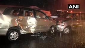 मुंबई: बारिश के कारण अंधेरी फ्लाईओवर आपस में टकराई कारें, 8 घायल