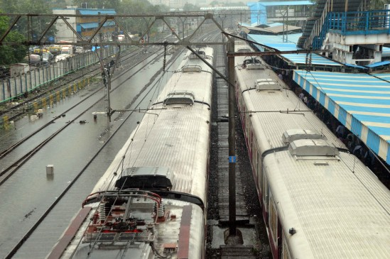 मुंबई : गलत साबित हुई भारी बरसात की चेतावनी, लोकल ट्रेन के चक्कर में यात्री हुए परेशान