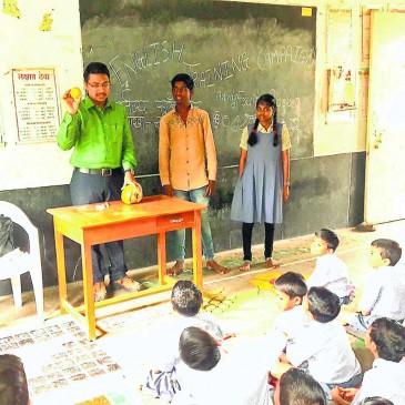 एक क्लास में एक स्टूडेंट को पढ़ा रहे टीचर्स, मनपा स्कूलों की हालत खराब