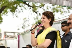 प्रियंका ने सोनभद्र पीड़ितों को 10-10 लाख रुपये की सहायता राशि दी