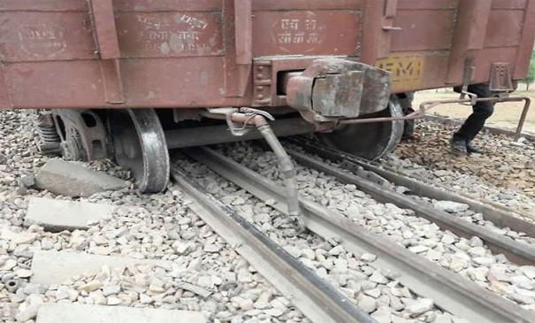पुणे : मालगाड़ी डिरेल होने से रेल यातायात घंटों रहा ठप्प, सड़क हादसे में पुलिसकर्मी की मौत