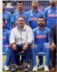 Fake News: रवि शास्त्री ने फोटोशूट के दौरान कुर्सी के नीचे रखी थी शराब की बोतल ?