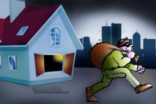 घर को ताला लगाना पड़ा महंगा, 9 लाख से ज्यादा के आभूषण चोरी