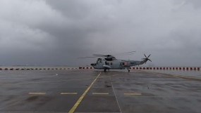 मुंबई की बारिश में फंसी ट्रेन, भेजे गए वायुसेना के हेलीकॉप्टर