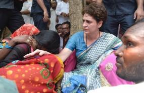 सोनभद्र: पीड़ित परिवार से मिलकर भावुक हुईं प्रियंका, मुआवजे का ऐलान