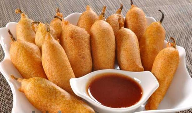 वीडियो रेसिपी: खाने के साथ सर्व करने के लिए बनाएं मिर्ची के पकोड़े