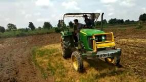 बरसो रे मेघा : हताश किसान ने धान की नर्सरी पर चला दिया ट्रेक्टर