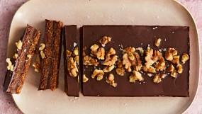 वीडियो रेसिपी: स्वीट डिश चॉकलेट रेसिपी विथ अखरोट