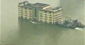 चीन : नदी में तैरता पांच मंजिला होटल देखकर चौंक जाएंगे आप, वीडियो वायरल