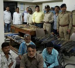 Fake News: क्या गुजरात के मस्जिद में मिला हथियारों का जखीरा