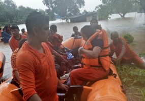 मुंबई में बाढ़ में फंसी ट्रेन में महिला को हुई प्रसव पीड़ा